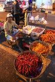 Asiatischer traditioneller Nachtmarkt mit Nahrung, Früchten, Fischen und Paprika Lizenzfreies Stockfoto