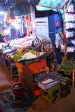 Asiatischer traditioneller Nachtmarkt mit Nahrung, Früchten, Fischen und Paprika Lizenzfreies Stockbild