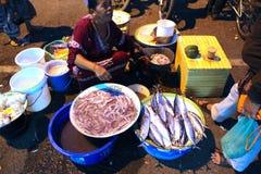 Asiatischer traditioneller Nachtmarkt mit Nahrung, Früchten, Fischen und Paprika Stockbild
