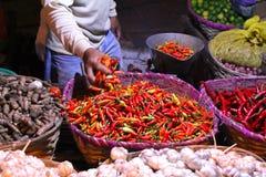 Asiatischer traditioneller Nachtmarkt mit Nahrung, Früchten, Fischen und Paprika Stockfotografie