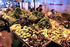 Asiatischer traditioneller Nachtmarkt mit Nahrung, Früchten, Fischen und Paprika Stockbilder