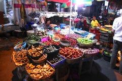 Asiatischer traditioneller Nachtmarkt mit Nahrung, Früchten, Fischen und Paprika Lizenzfreie Stockfotos