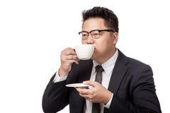 Asiatischer trinkender Kaffee des Geschäftsmannes Lizenzfreie Stockbilder