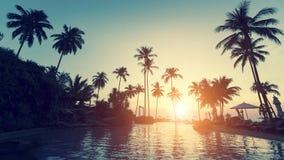 Asiatischer tropischer Strand während eines surrealistischen Sonnenuntergangs Reise Stockfotografie