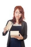 Asiatischer unglücklicher Blick des Büromädchens innerhalb des Kastens Stockfoto