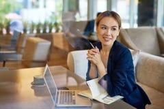 Asiatischer Unternehmer Working am Café stockfoto