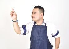 Asiatischer Unternehmerdicker mann, der eine eingebildete Stellung des virtuellen Schirmes des Knopfes berührt stockfoto