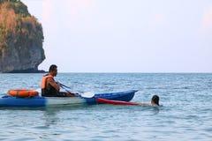 Asiatischer Vater und Tochter sind, ausbildend unterrichtend und Lebenschutz oder -rettung auf dem Strand lizenzfreies stockfoto