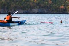 Asiatischer Vater und Tochter sind, ausbildend unterrichtend und Lebenschutz oder -rettung auf dem Strand stockbild