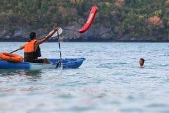 Asiatischer Vater und Tochter sind, ausbildend unterrichtend und Lebenschutz oder -rettung auf dem Strand stockfoto