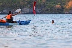 Asiatischer Vater und Tochter sind, ausbildend unterrichtend und Lebenschutz oder -rettung auf dem Strand stockfotografie
