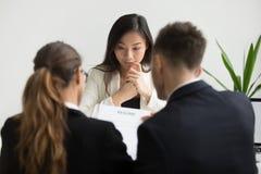 Asiatischer weiblicher Bewerber, der nervöses betont am Vorstellungsgespräch glaubt lizenzfreie stockbilder