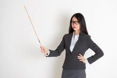 Asiatischer weiblicher Lehrer im ernsten Ausdruck Stockfotografie