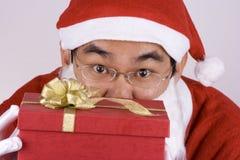 Asiatischer Weihnachtsmann mit Geschenk Stockfoto
