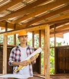 Asiatischer Zimmereiingenieur plant einen Job, ein Gebäude zu errichten Stockfotografie