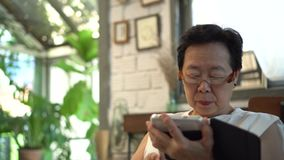 Asiatisches älteres Frauenglas-Sehvermögenproblem, Belastung vom digitalen Lebensstil