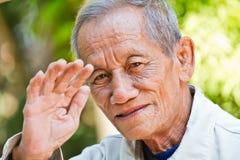 Asiatisches altes offenes Porträt des älteren Mannes Stockfotografie