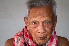 Asiatisches altes offenes Porträt des älteren Mannes Stockfotos