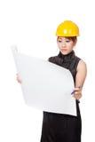 Asiatisches Architektenmädchen las einen Plan ernsthaft Stockbilder