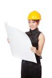 Asiatisches Architektenmädchen las einen Plan und lächelt Lizenzfreie Stockfotografie