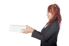 Asiatisches Büromädchen, das einen Kasten gibt Lizenzfreies Stockfoto
