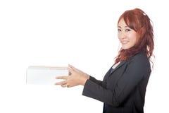 Asiatisches Büromädchen, das einen Kastenblick an der Kamera gibt Lizenzfreie Stockfotos