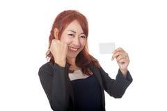 Asiatisches Büromädchen, das erfolgreich eine Karte erhält Stockfotografie