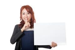 Asiatisches Büromädchen, das Handruhezeichen mit einem leeren Zeichen zeigt Stockfotografie
