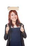 Asiatisches Büromädchen 2 greift oben mit einem Kasten auf ihrem Kopf ab Lizenzfreies Stockfoto
