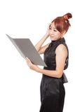 Asiatisches Büromädchen ist Kopfschmerzen beim Arbeiten Stockfotografie