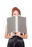Asiatisches Büromädchen ist schüchtern und ihr unteres Gesicht mit einem Ordner nah Lizenzfreie Stockfotos