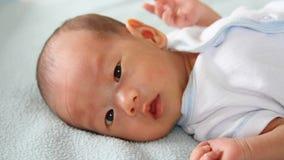 Asiatisches Baby auf Decke Stockbild