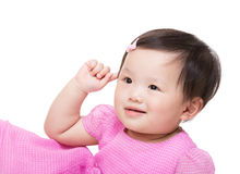 Asiatisches Baby berühren ihr Ohr Stockfotografie