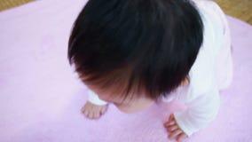 Asiatisches Baby, das auf Decke kriecht stock video footage