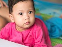 Asiatisches Baby, das auf den Boden kriecht und gerade schaut Lizenzfreies Stockbild