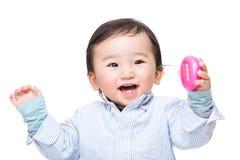 Asiatisches Baby, das aufgeregt glaubt Stockfotos