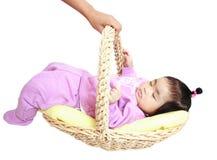 Asiatisches Baby, das im Korb sleaping ist Stockfotografie