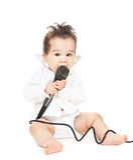 Asiatisches Baby mit Mikrofon Stockbilder
