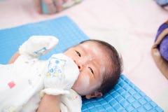 Asiatisches Baby mit Pulver auf Gesicht Lizenzfreies Stockfoto