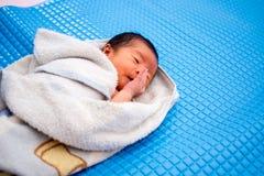 Asiatisches Baby nach Bad Lizenzfreie Stockfotos