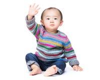 Asiatisches Baby sagen hallo lizenzfreie stockfotos