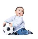 Asiatisches Babygefühl aufgeregt, Fußball spielend Lizenzfreie Stockfotografie