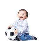 Asiatisches Babygefühl aufgeregt, Fußball spielend Stockbild