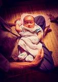 Asiatisches Babykind und -Urgroßeltern Stockfotos