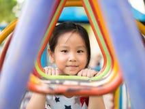 Asiatisches Babykindermädchenspielen lizenzfreie stockbilder