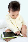 Asiatisches Babyspielspiel mit Tablet-PC Lizenzfreie Stockbilder