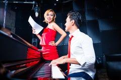 Asiatisches Berufsmusiker-Aufnahmelied im Studio Lizenzfreies Stockfoto