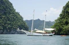 Asiatisches Boot zwischen den Inseln stockfoto