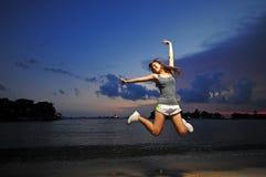 Asiatisches chinesisches Mädchen, das für Freude 2 springt lizenzfreie stockfotografie