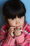 Asiatisches chinesisches Mädchen, das Süßigkeit isst Stockfoto
